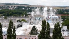 Quartier Etouvie à Amiens : démolition par foudroyage d'une tour de 14 étages (diaporama) - Batiweb