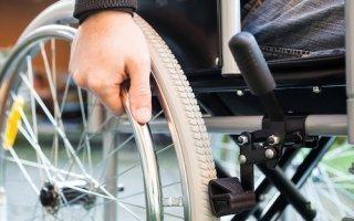 Handicap : 100 représentants de l'APF montent au créneau pour défendre l'accessibilité - Batiweb