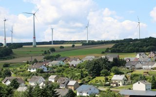 Transition énergétique : les éoliennes repoussées deux fois plus loin des habitations - Batiweb