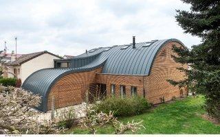 L'alliance de l'aluminium, du zinc et du bois pour une maison qui fait des vagues - Batiweb