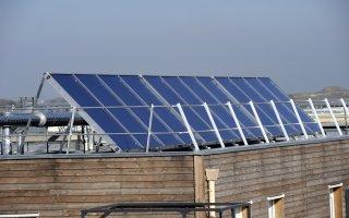 Des panneaux solaires en toiture pour des villes plus durables - Batiweb