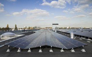12 000 m2 de panneaux photovoltaïques déployés sur la toiture d'un réservoir d'eau francilien - Batiweb