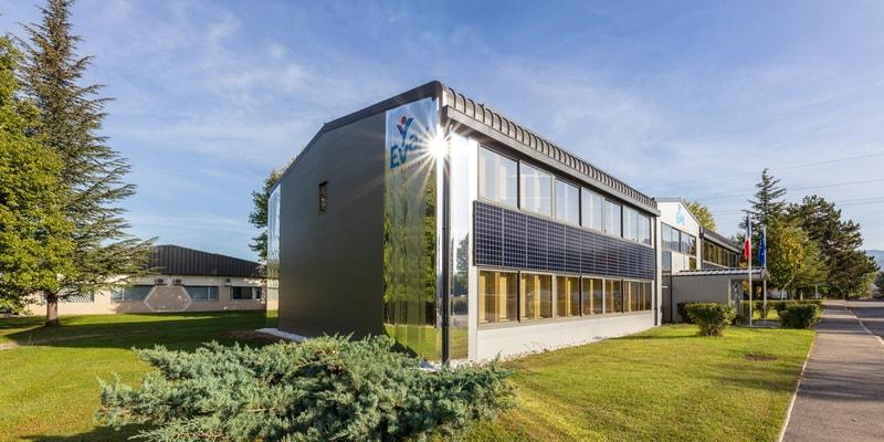 Quand les revêtements de façades isolants s'allient aux panneaux photovoltaïques