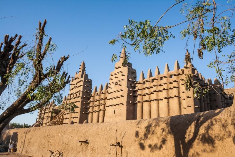A Djenné, au Mali, les habitants crépissent eux-même la grande mosquée