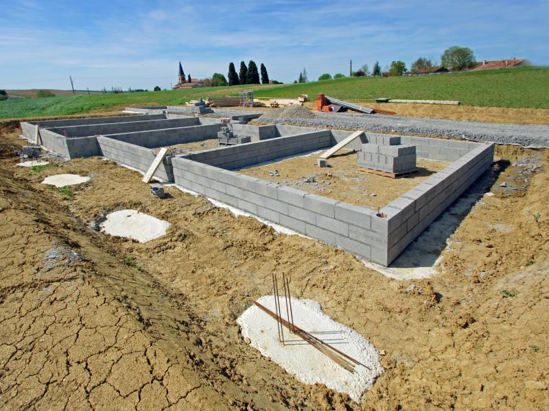 Rebond des mises en chantier, mais les permis de construire toujours à la traîne - Batiweb