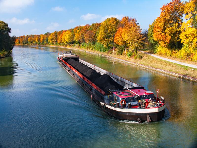 Le transport fluvial touché par la chute des volumes de matériaux de construction - Batiweb