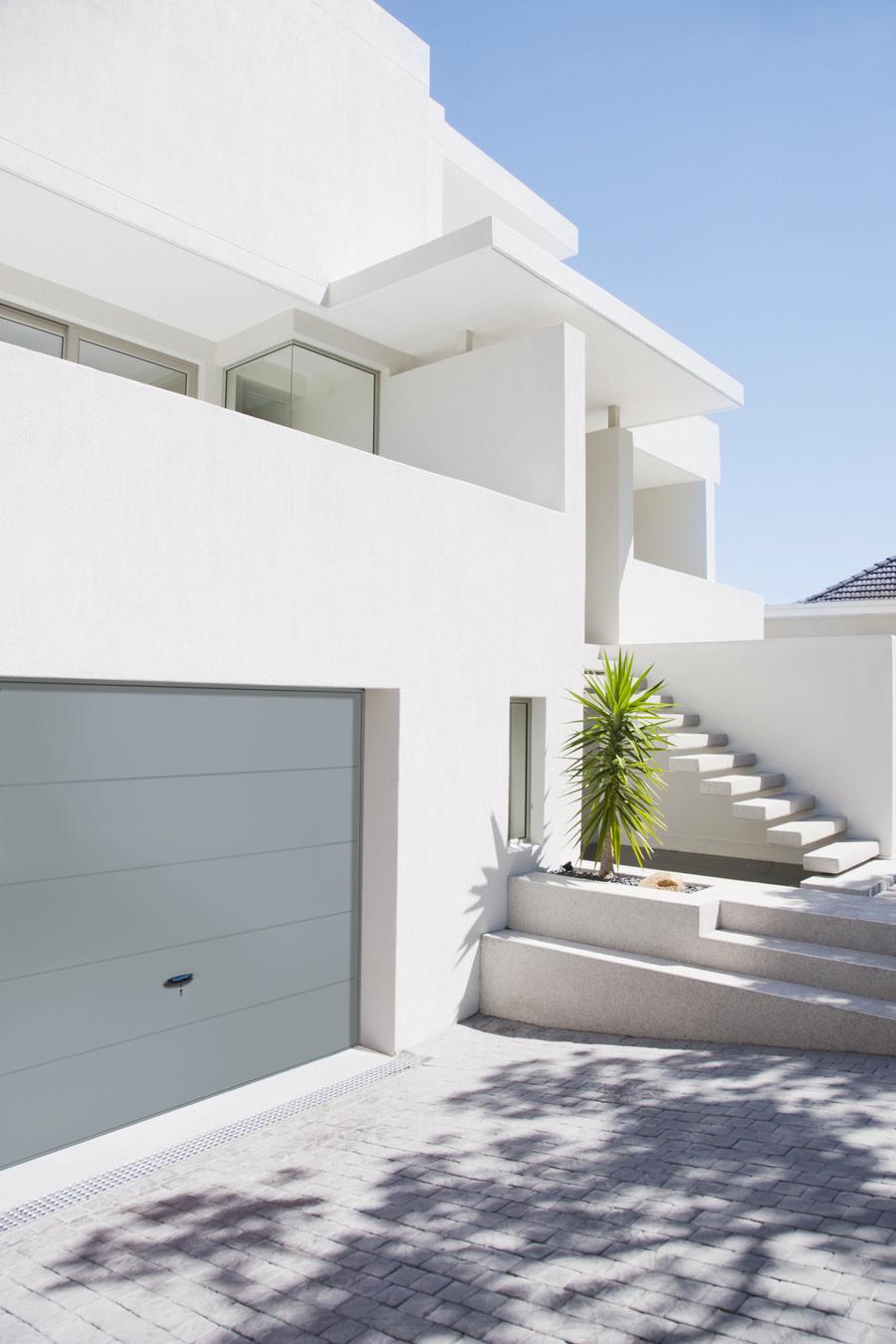 La porte de garage basculante horizontale à joint creux de Novoferm s'intègre parfaitement à l'architecture contemporaine