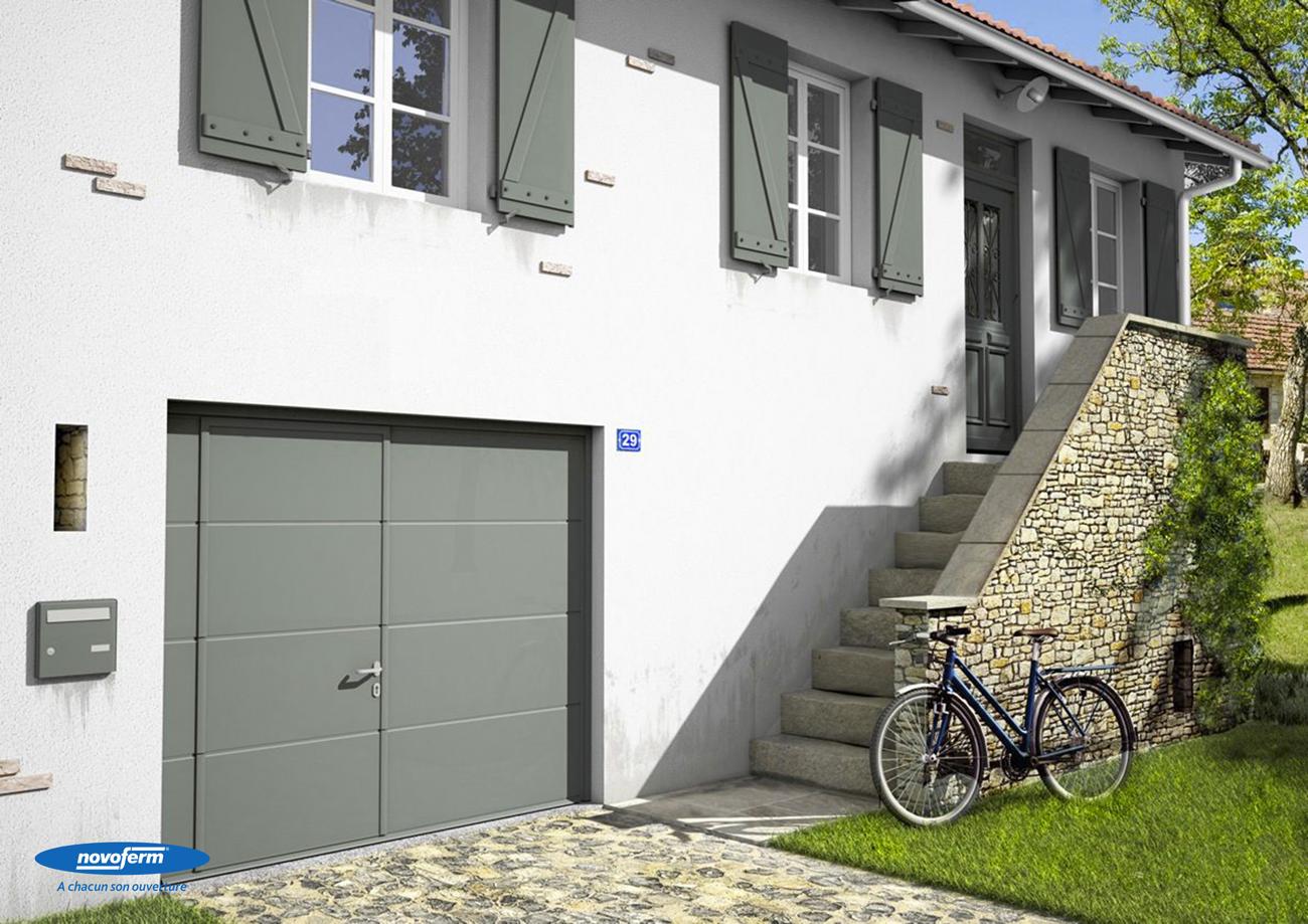 Les portes sectionnelles de 45mm sont les gammes les plus vendues du fabricant Novoferm. Ici un modèle avec portillon.