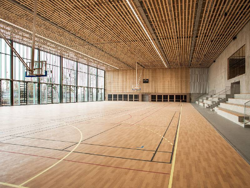 MAF Atlantique équipe l'intérieur d'un complexe sportif en portes vitrées bois - Batiweb