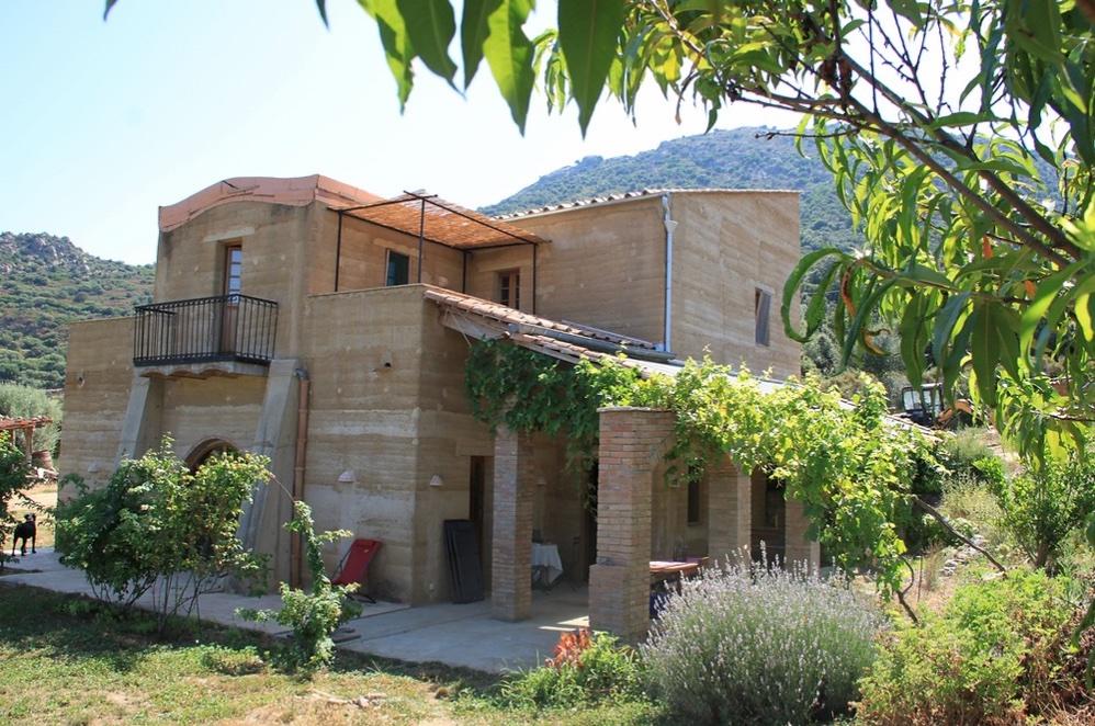 Une construction en pisé pour un séjour à l'Ombria, dans le nord de la Corse - Batiweb