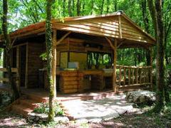 """Auto-construction, éco-habitat: des cabanes """"poussent"""" dans les Cévennes - Batiweb"""