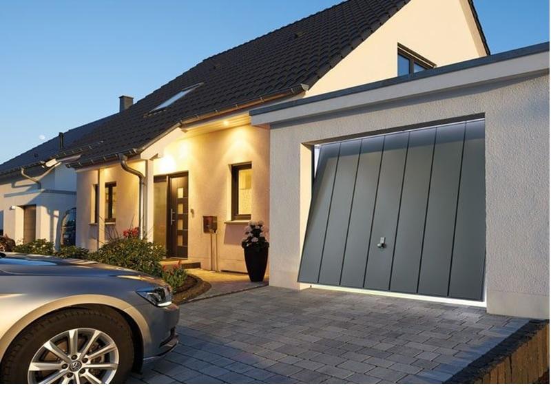 Porte basculante en acier assortie à la façade - Batiweb