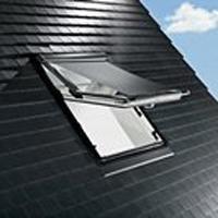 Designo R7 WTL : fenêtre de toit bois ou PVC pose semi-encastrée pour toitures ardoisées