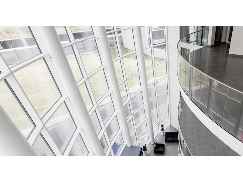 CROSILUX® Curve Line : un système de profilés de garde-corps cintré tout en verre pour des projets architecturaux ambitieux - Batiweb
