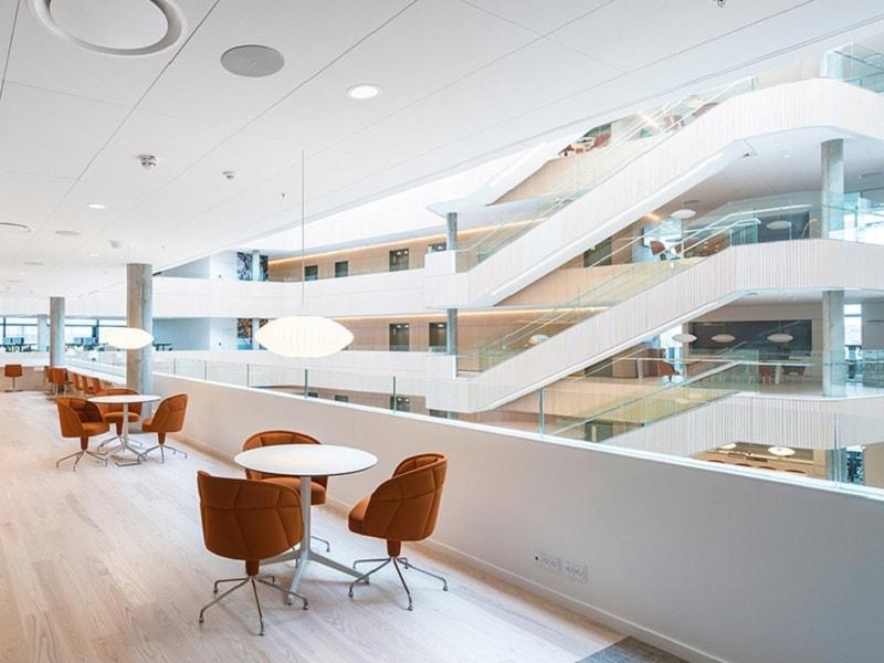 Rockfon Blanka® - Un plafond blanc et mat pour plus de luminosité
