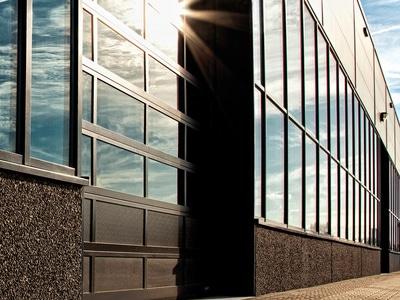 La porte sectionnelle industrielles vitrée NOVOLUX Batiweb