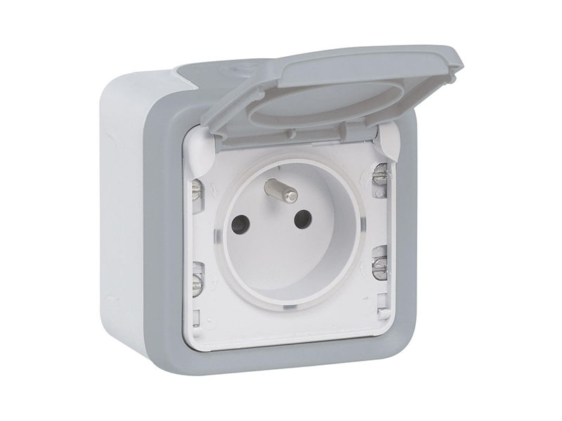 Point P propose la prise de courant et volet de protection IP 55 Plexo complet apparent - Gris. Legrand - Batiweb