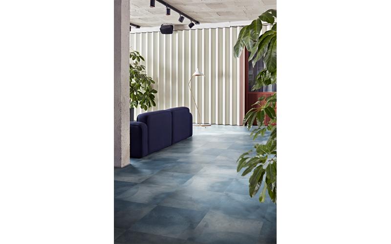 Iridescence : nouvelle collection LVT au design abstrait fumé et aux coloris pastel - Batiweb
