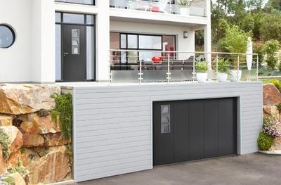 La porte de garage latérale Novoferm® se coordonne à la porte d'entrée Chrome designed by Bel'M. Batiweb