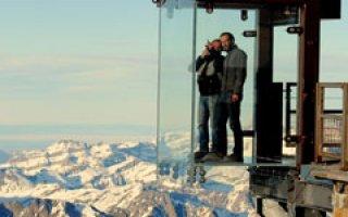 Un panorama époustouflant sur la chaîne des Alpes grâce à une cabine de verre feuilleté avec DuPont™ SentryGlas® - Batiweb