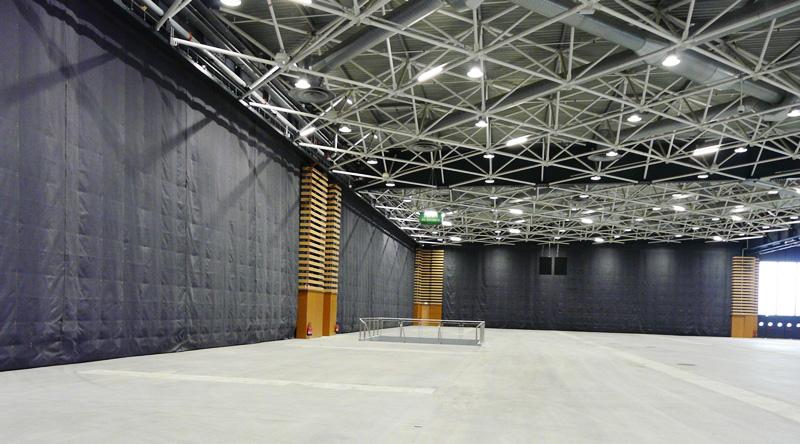 EUREXPO LYON : 5 rideaux de compartimentage de 35 x 9 mètres BOULLET FIRE-X-LARGE compartimentent le hall d'exposition - Batiweb