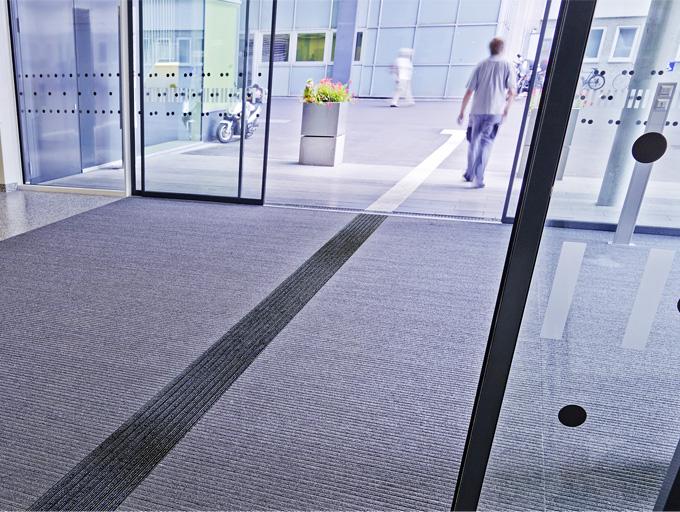GEGGUS complète sa gamme Top Clean avec des solutions de repérage au sol : Des tapis d'entrée sans obstacle avec des systèmes de guidage visuels et tactiles. - Batiweb