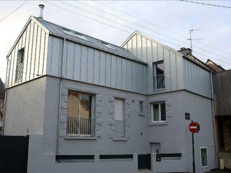 VMZINC® participe à la surélévation d'une maison à Rennes (35) avec son enveloppe VMZ joint debout AZENGAR® Batiweb