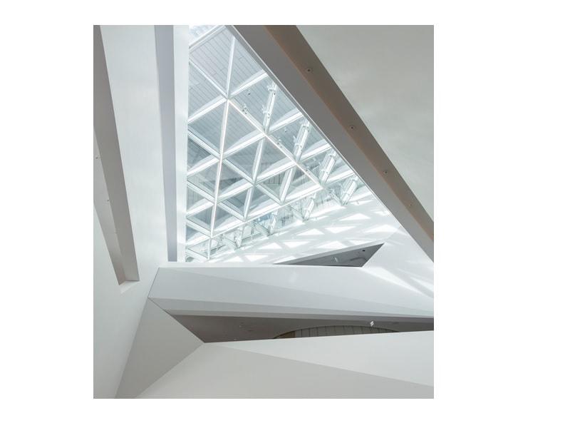 La géométrie prend une nouvelle dimension : une structure polygonale en HI-MACS® dans la tour HVB de Munich