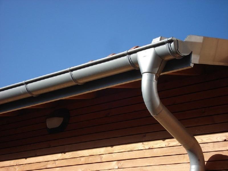 Des gouttières, tuyaux et accessoires en zinc adaptés aux spécificités régionales