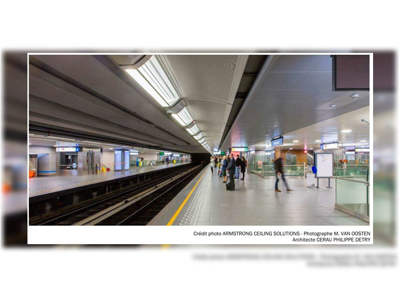 Réaménagement complet de la station de métro Arts-Loi à Bruxelles avec 2500 m² de cassettes métalliques perforées ARMSTRONG CEILING SOLUTIONS Batiweb