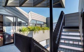 La façade zinc en profil à emboîtement : un système structuré et élégant