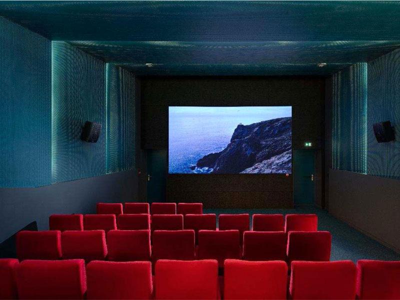 """Nouvelle salle de cinéma d'Ouroux-En-Morvan : PLACO® obtient le """"premier rôle"""" en acoustique et esthétique - Batiweb"""