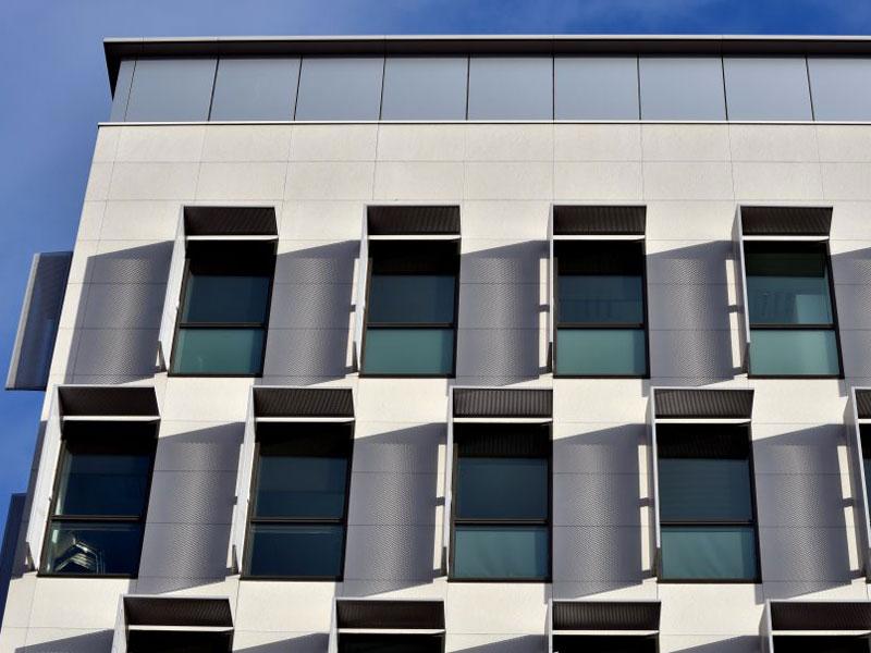 Carea Façade habille la façade du nouveau siège Pomona à Antony (92) - Batiweb