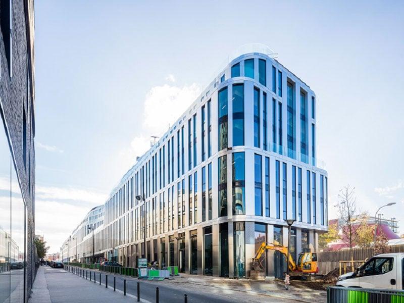 Le bâtiment parisien VIEW habillé d'une peau lumineuse en ALUCOBOND® offrant un jeu de façades ondulantes - Batiweb