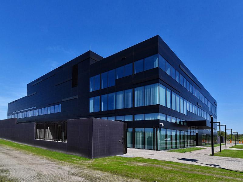 Les portes à ventelles et le revêtement de façade confèrent un caractère expressif au complexe EnergyVille2