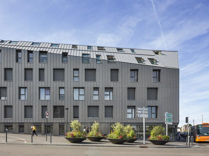 Les fenêtres de toit qui s'intègrent harmonieusement au rythme des façades