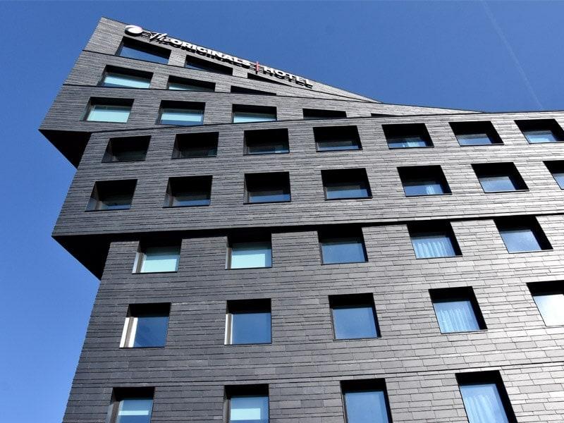 Ce bâtiment habillé d'ardoise naturelle à Paris reflète le renouveau économique du quartier Binet