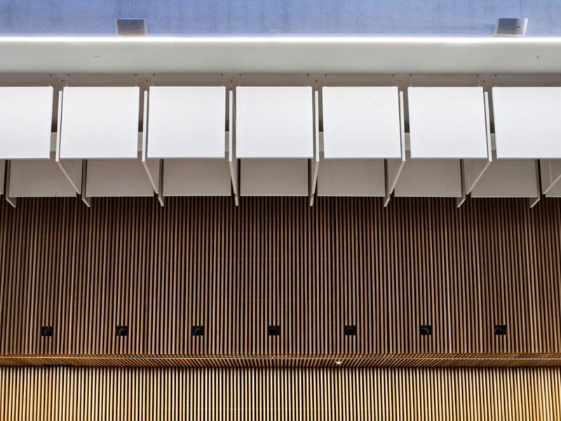 144 OPTIMA BAFFLES sur-mesure et 290 m² de plafonds métalliques équipent le Cri de Paris