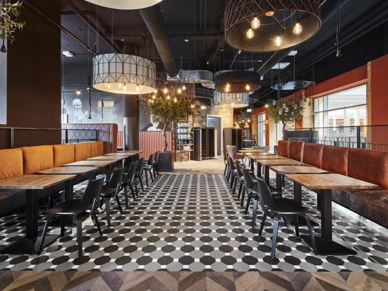 Sol design dans un restaurant avec Amtico Signature - Batiweb