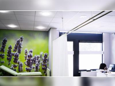 Nouveau plafond acoustique SANIGUARD : la solution haute absorption qui fait bouclier au risque d'infection Batiweb