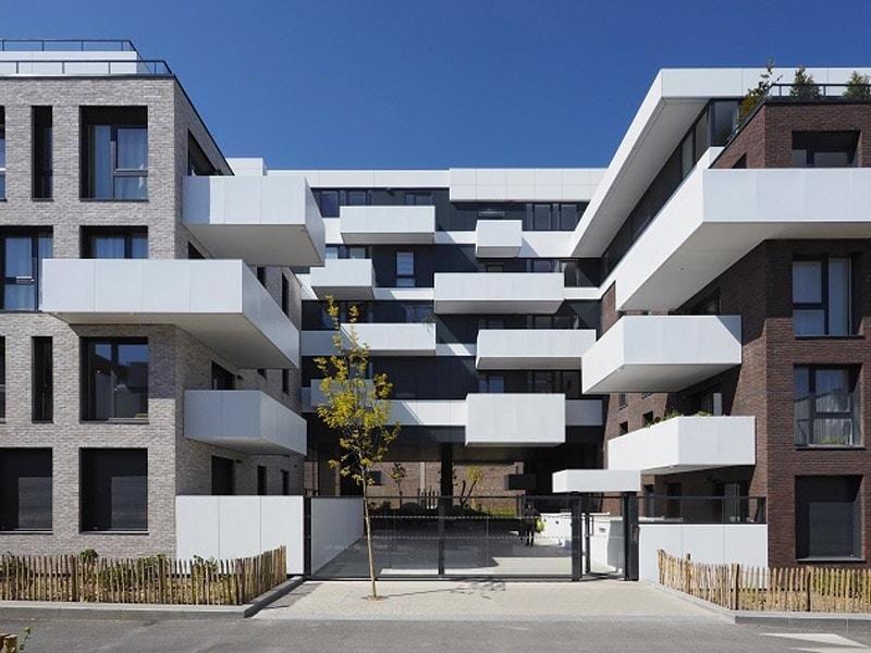 Des jeux de volumes en brique et en ALUCOBOND® blanc pour inscrire la résidence Camden Garden entre tradition et modernité