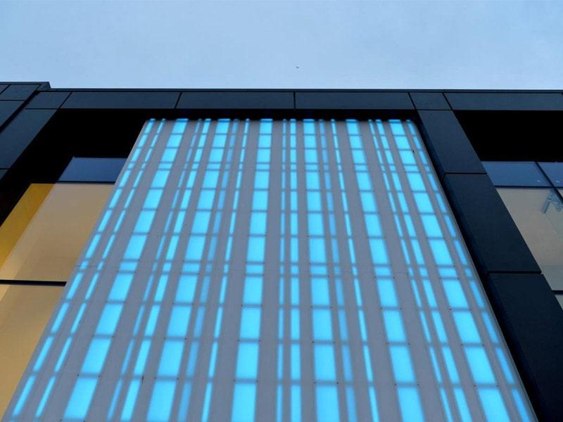 HI-MACS® illumine la façade du centre commercial Fort Kinnaird à Edinburgh - Batiweb