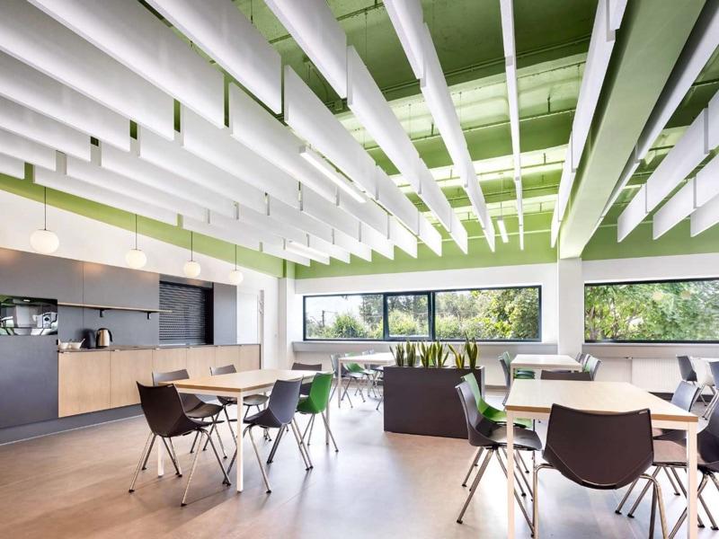 """Coup de coeur """"Solution Design"""" : Quand les Baffles Armstrong Ceiling solutions structurent et dynamisent les intérieurs - Batiweb"""