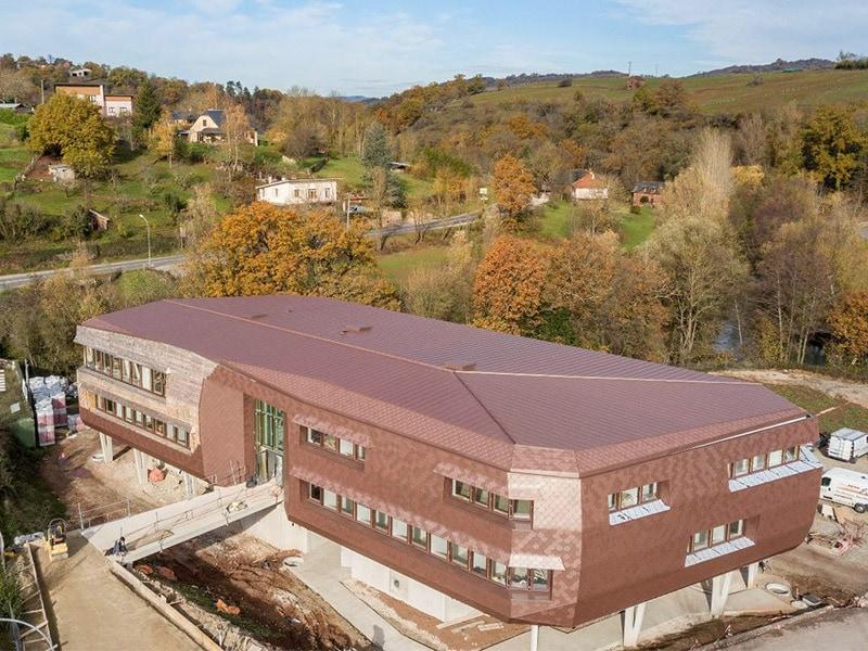 Robe Rouge Écaillée aux multiples nuances pour le nouveau siège de la Communauté de Communes Conques Marcillac (12) - Batiweb