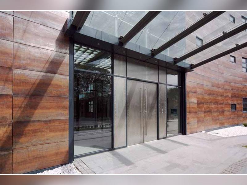 Avec sa nouvelle façade compacte KASTELLANE 451 PT, KAWNEER réinvente la devanture - Batiweb