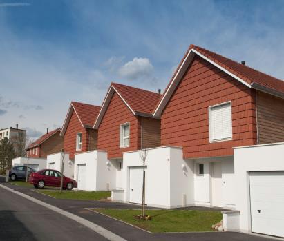 Lotissement de logements sociaux « Les Toits de la Corvée » à St-Dié des Vosges (88), labellisé BBC Effinergie. Solution Sto : ITE des parties basses en StoTherm Wood, finition en enduit minéral
