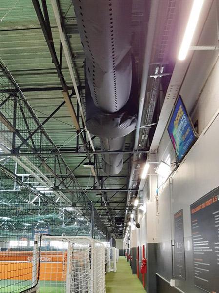Diffusion d'air par gaine textile au-dessus d'un couloir