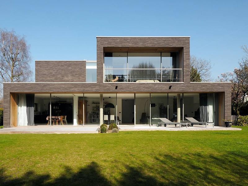 Une villa à Wasquehal aux volumes sculptés et généreusement ouverts de baies coulissantes TECHNAL* - Batiweb