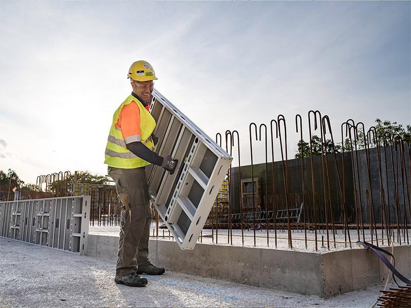 Le poids du nouveau système de coffrage manuportable en aluminium DokaXlight ne laisse personne indifférent : 22,6 kg par élément principal (0,75 x 1,50 m), soit 20,1 kg au m²