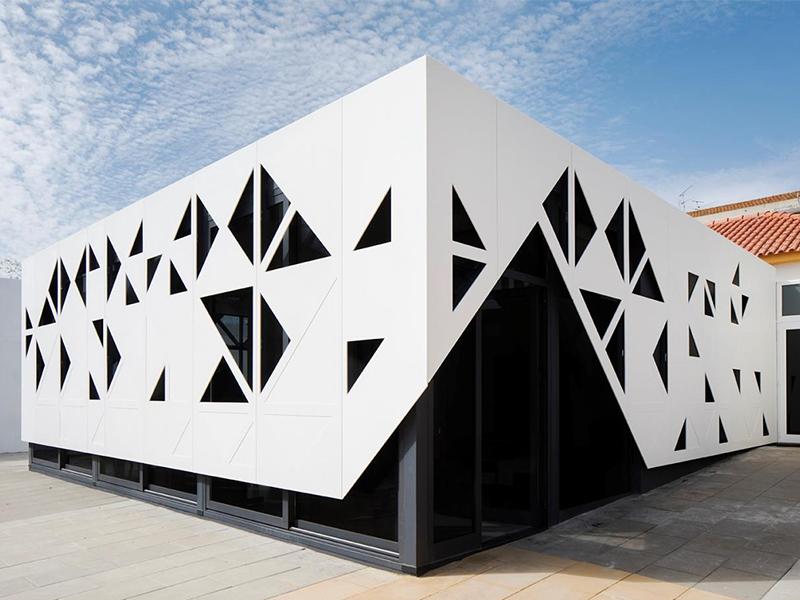 Une façade spectaculaire en HI-MACS® : une architecture d'école traditionnelle alliée à un matériau de haute technologie - Batiweb